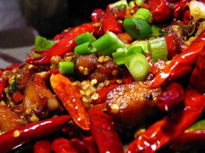 Ăn thức ăn cay nóng cũng có thể là nguyên nhân của bệnh viêm đại tràng