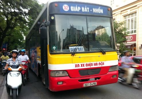 Xe buýt 32 đi qua Bệnh viện Bạch Mai - Hà Nội
