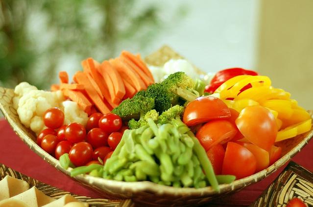 Người bị viêm đại tràng nên ăn nhiều rau củ để bổ sung chất xơ
