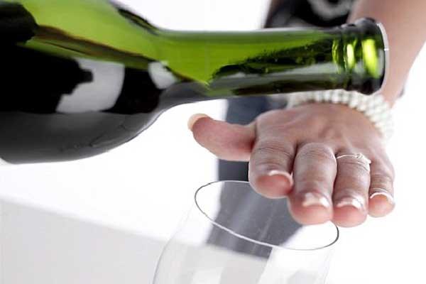 Kiêng uống rượu bia khi bị co thắt đường ruột