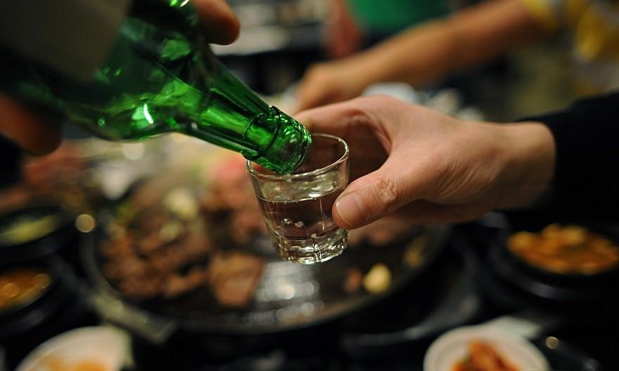 Không nên uống rượu khi đang bị sôi bụng về đêm